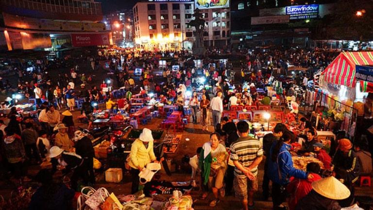 Khám phá thế giới ẩm thực tại chợ đêm là một trải nghiệm du lịch tự túc ở Đà Lạt cực thú vị