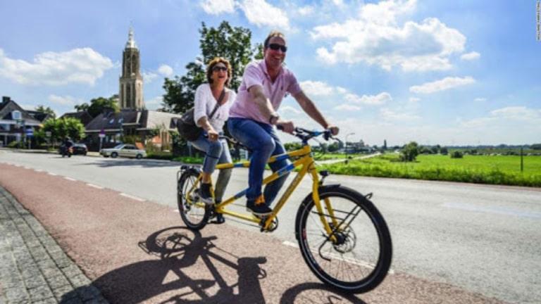 Thuê xe đạp đôi để tham quan thành phố