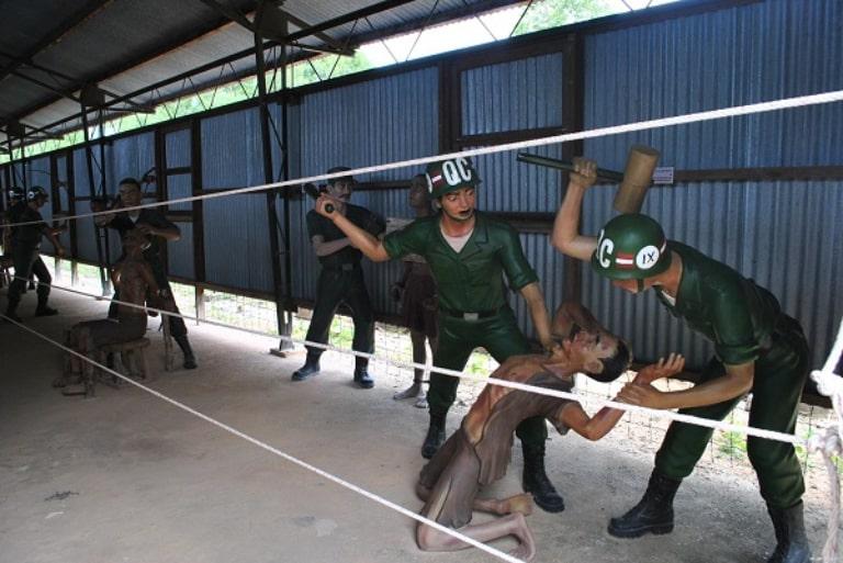 Những chiếc đinh lớn được đóng vào cơ thể tù nhân
