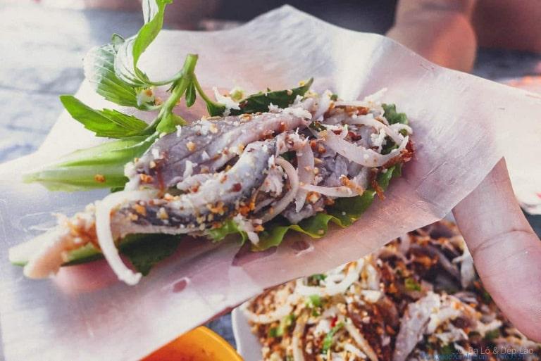 Đến Phú Quốc ăn gì thì ăn chứ không quên được món gỏi cá trích