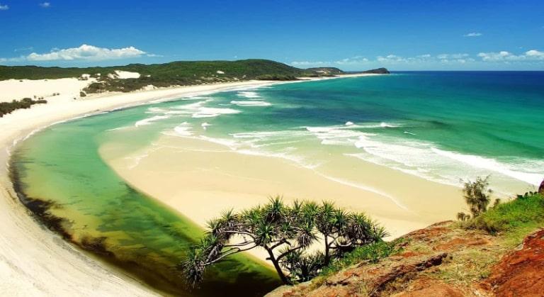 Bờ cát trắng minh với nước biển trong xanh