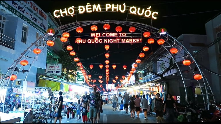 Chợ đêm Phú Quốc bán đa dạng các sản phẩm