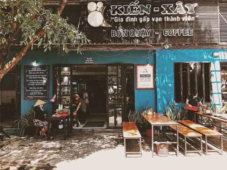 Bún quậy Kiến Xây bán cả ban đêm nên bạn có thể đến đây thưởng thức món bún đặc sản của Phú Quốc
