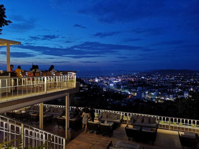 Đây là một quán cà phê có view rất đẹp để bạn ngắm Phú Quốc về đêm