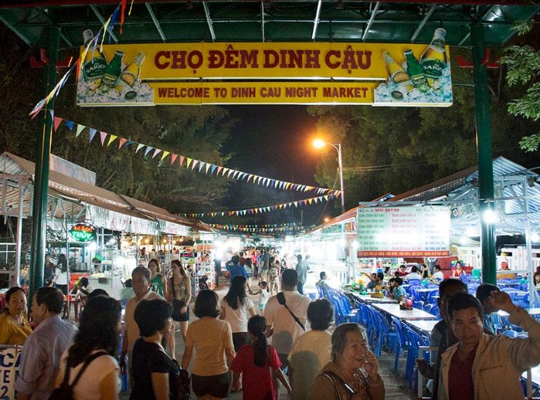 Khám phá Phú Quốc về đêm không thể không ghé đến chợ Dinh Cậu