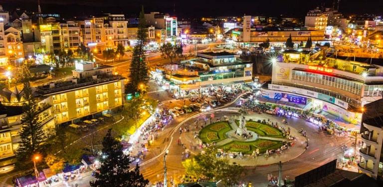 Đà Lạt về đêm là một thành phố rực rỡ sắc màu