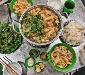 Lẩu gà lá é Đà Lạt là một món ăn nổi tiếng của thành phố ngàn hoa