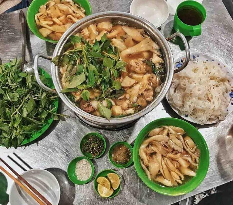 Lẩu gà Đà Lạt là món ăn nổi tiếng của thành phố ngàn hoa