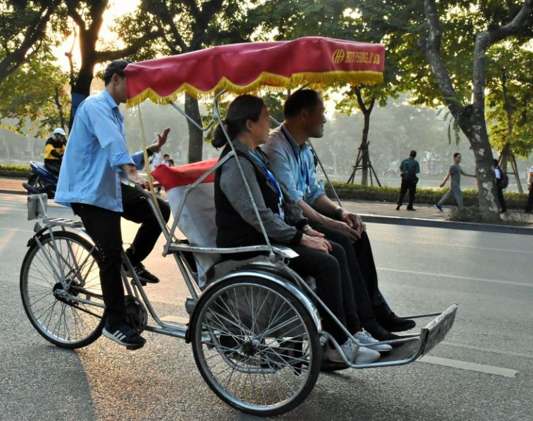 Lượn một vòng Hồ Gươm trên chiếc xe đạp xích lô