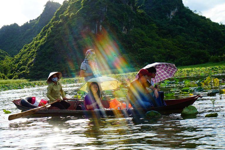 Đi thuyền chiêm ngưỡng cảnh vật và thiên nhiên trù phú, hùng vỹ của thiên nhiên Quan Sơn