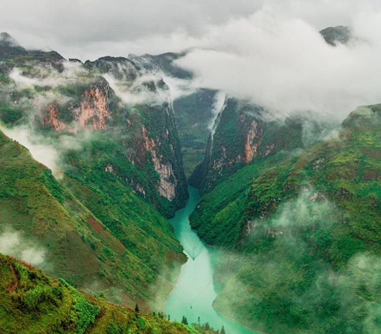 Sông có nước xanh màu ngọc bích