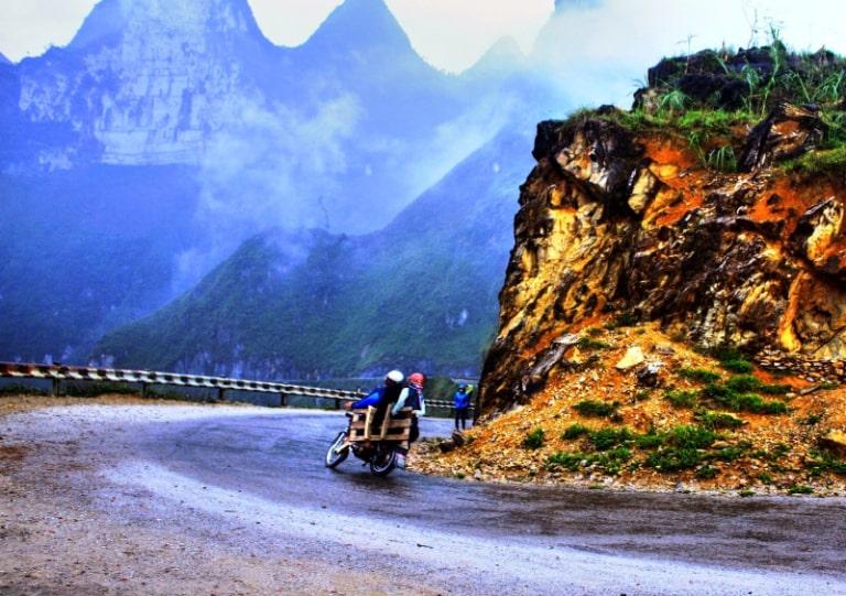 Không quá khó cho việc di chuyển, bạn có thể đi xe khách hoặc xe máy