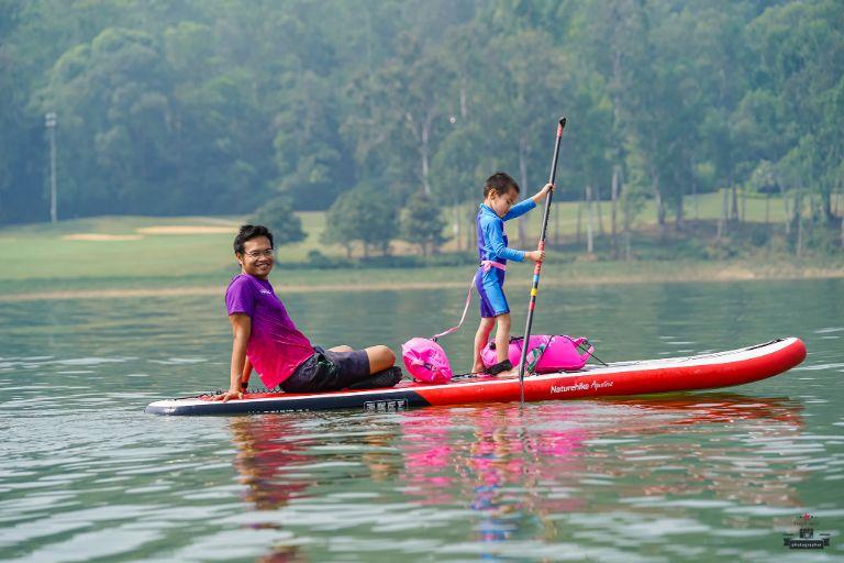 Chèo thuyền dạo quanh ngắm nhìn khung cảnh hồ Đồng Mô