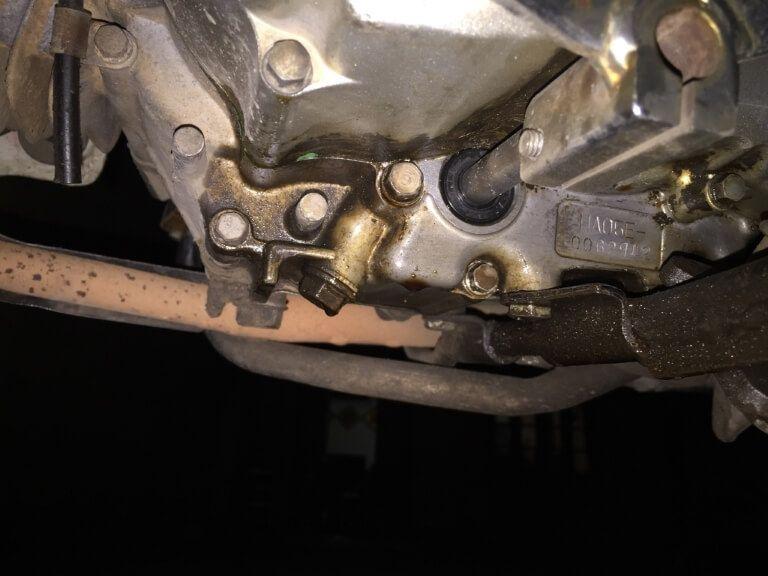 Hình ảnh một chiếc xe máy bị chảy dầu ở lốc máy