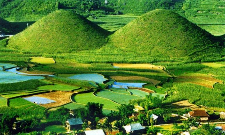Tour Hà Giang bạn sẽ được tham quan núi đôi Cô Tiên Quản Bạ