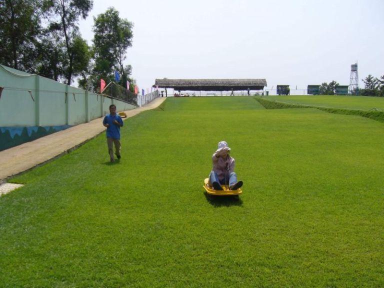 Trượt cỏ Đồng Mô là loại hình đáng trải nghiệm tại khu du lịch Đồng Mô