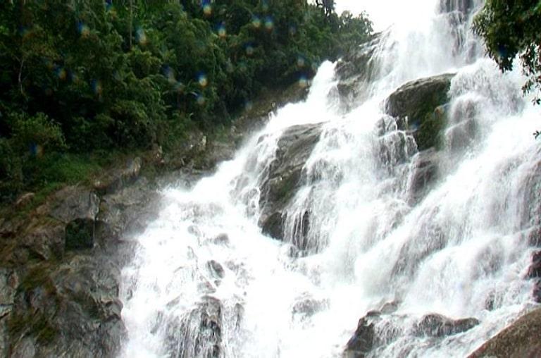Một thác nước đẹp ở vùng đất cao nguyên