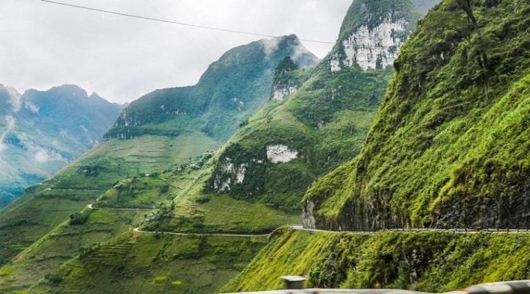 Đường đèo ở Hà Giang rất khó khăn cho việc di chuyển