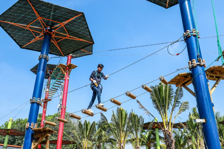 Trò chơi mạo hiểm trên cao thu hút nhiều du khách