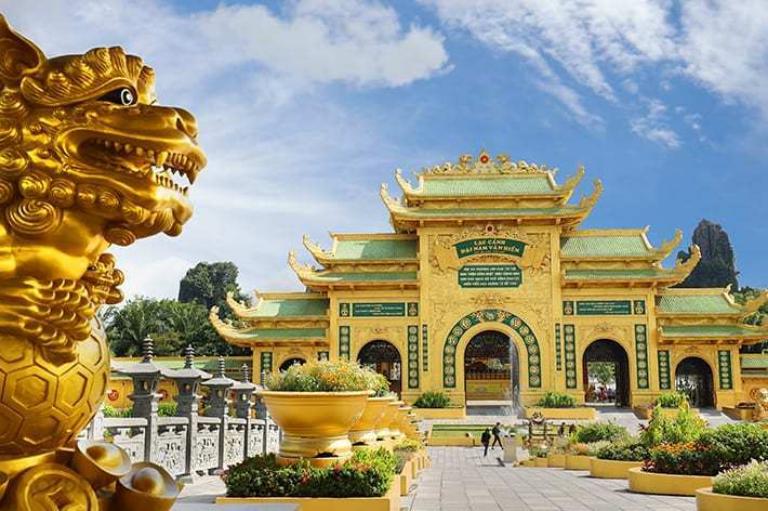 Cổng Thanh Vân màu vàng cực nổi bật tại khu du lịch Đại Nam