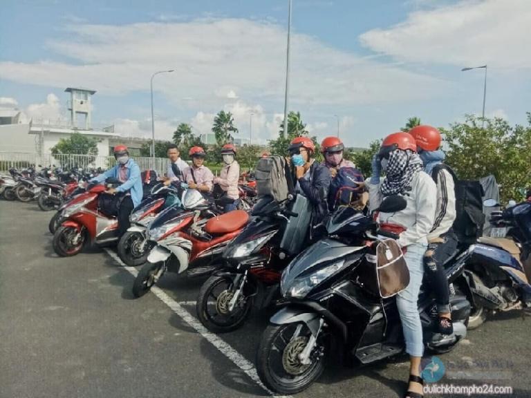 Đoàn khách thuê xe máy ở sân bay Pleiku Gia Lai