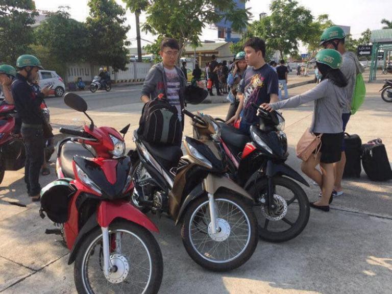 Khách đến Lý Sơn thường lựa chọn thuê xe máy để tiện di chuyển