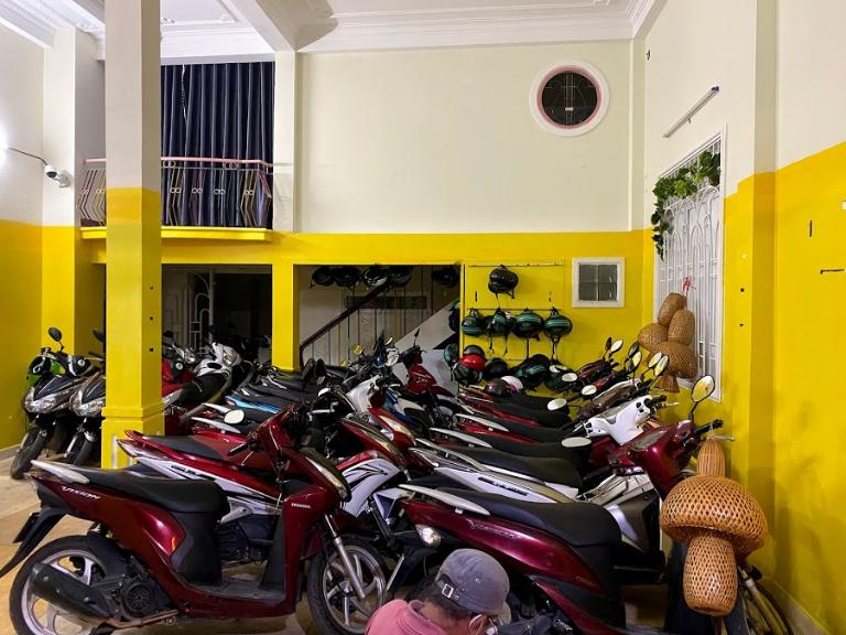 Nhiều xe máy sẵn sàng cho khách thuê xe máy Đà Lạt tại sân bay Liên Khương