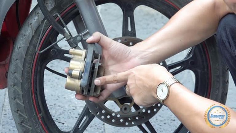 Kiểm tra phanh xe máy